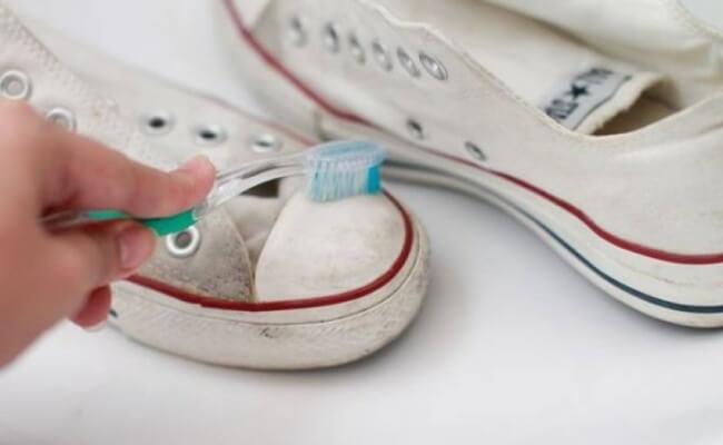 Diş macunu ayakkabı temizleme