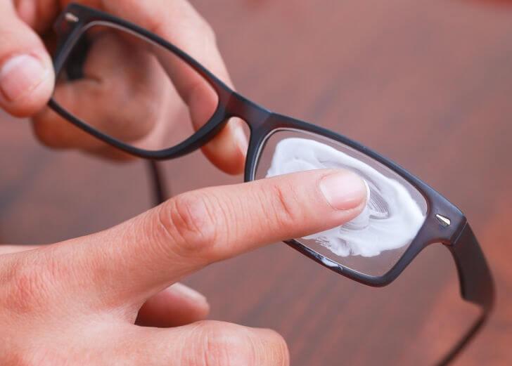Diş macunu gözlük temizleme